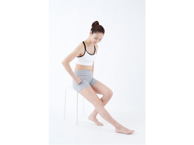 イスに座り、脚を伸ばした状態で行う。