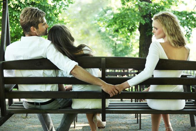 ベンチに座っている男女の微妙な関係