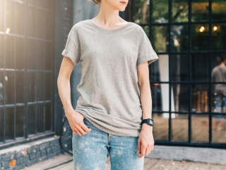Tシャツを着てポージングする女性