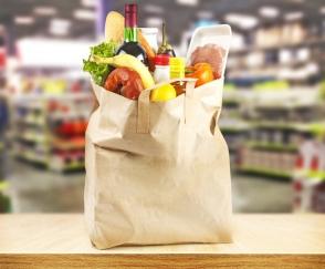 買い物バッグに食材が入っている