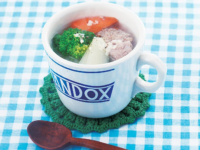 ■材料(1人分)■ 豚ロースかたまり肉:50g 塩麹:大さじ1/2 にんじん:1/5本(30g) たまねぎ:1/5個(40g) ブロッコリー:3房(30g) こしょう:少々 ■つくり方■ (1)豚肉は2cm大ぐらいの角切りにし、塩麹をまぶして10分以上おく(できれば前日に漬けておくとよい)。にんじん、たまねぎは乱切りにし、ブロッコリーは小房に分ける。 (2)マグカップに(1)の豚肉とにんじんを入れ、ふんわりラップをして電子レンジで1分加熱する。たまねぎを加えて軽く混ぜ、再び、ふんわりラップをして電子レンジで1分加熱する。 (3)ブロッコリー、水3/4カップ、こしょうを(2)に加え、ふんわりラップをして電子レンジで1分30秒加熱する。 マグカップを使うことで、調理がラクになるだけでなく、食べ過ぎ予防にもつながります。ぜひみなさんも、試してみてはいかがでしょう? 文/FYTTE編集部