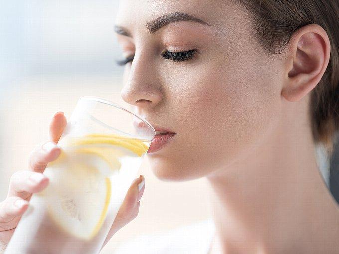 レモン水を飲む女性