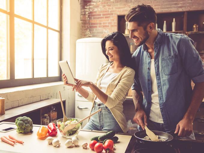 料理をする夫婦の画像