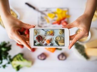 食事の写真を撮る女性
