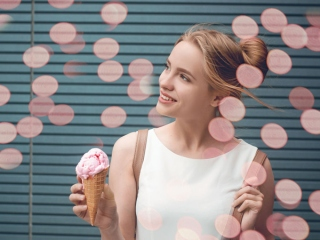 アイスを持つ女性の画像