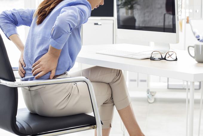 腰痛を痛がっている女性の画像