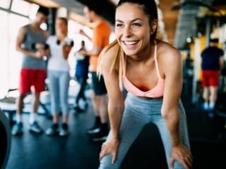 トレーニング中に笑顔を見せる女性