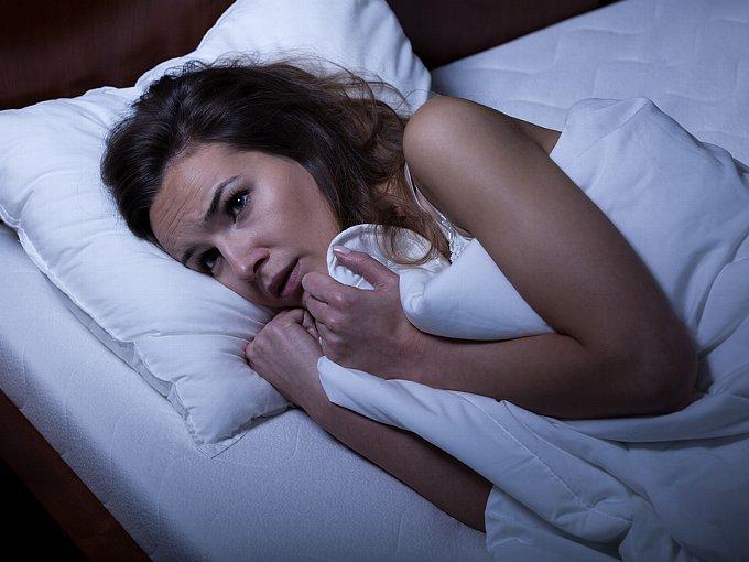 ベッドの中で怯える女性