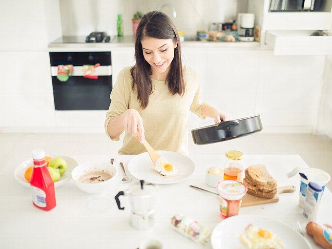 目玉焼きをお皿に盛る女性