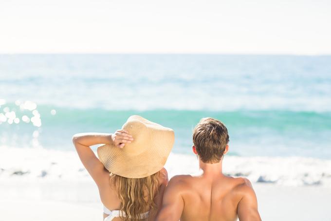 男女が海で海水浴をしている