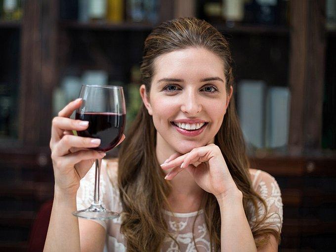 ワイングラスを片手に持つ女性