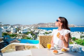 キレイな景色が背景に外で食事をしている女性
