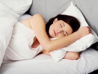 タンクトップで寝る女性