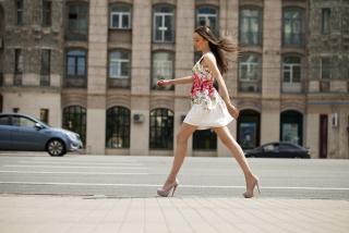 ピンヒールを履いて街中を歩いている女性