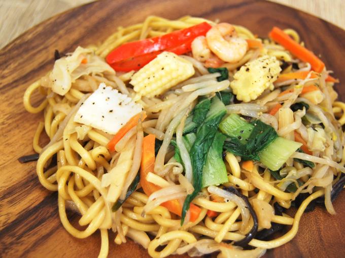お皿に移した「彩り野菜の上海焼そばあっさり醤油味」のアップ画像