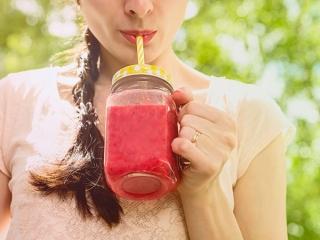 トマトジュースを飲む女性