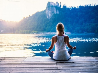 湖のそばで瞑想をする女性