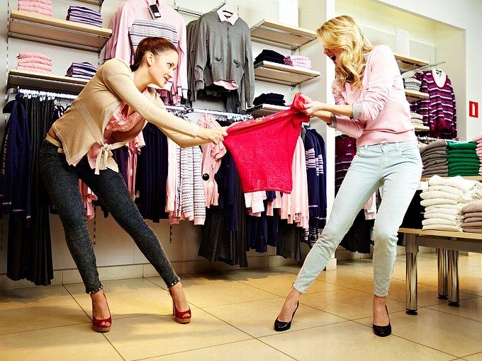 服を奪い合う女性2人
