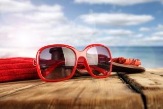 赤いサングラスの画像