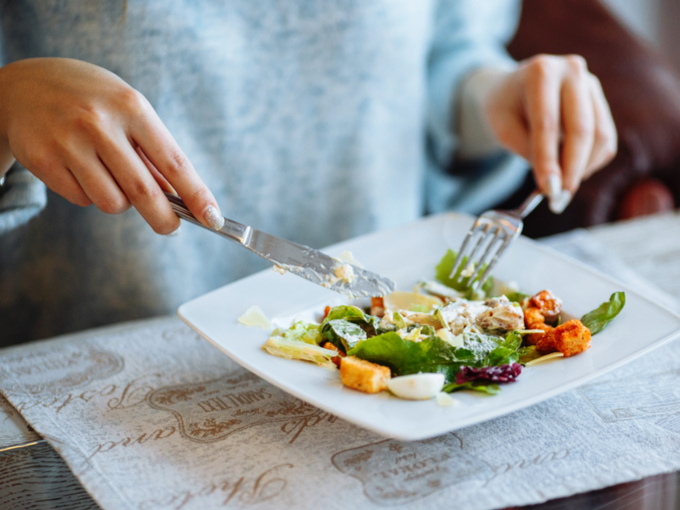 食事中の女性の手元