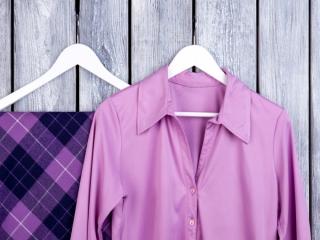 紫色のシャツとスカート