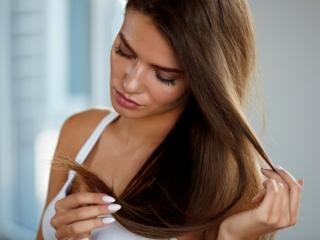 髪のダメージを気にする女性