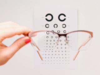 視力測定を受けている女性の画像