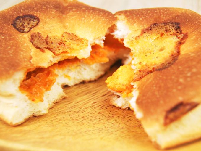 お皿に移した「チーズタッカルビパン」を割った画像