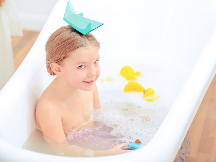 お風呂に入っている少女