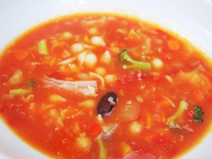 お皿に移した「イタリア産トマトのミネストローネ」のアップ画像