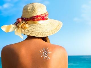 海辺で日差しを浴びている女性の画像