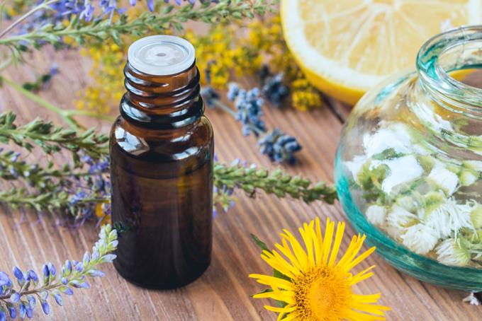 アロマオイルとラベンダー、柑橘類