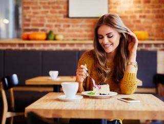 生理前の異常な食欲の原因は? 食欲を抑えてダイエットが成功する生活改善法