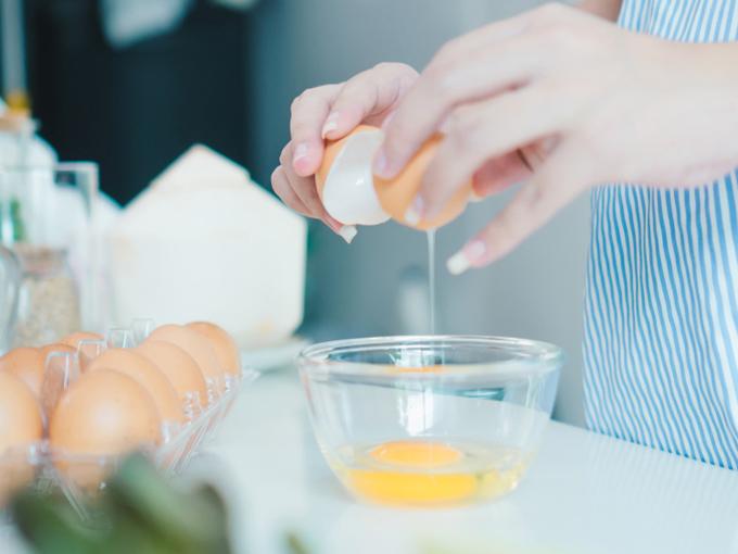 卵を調理する女性