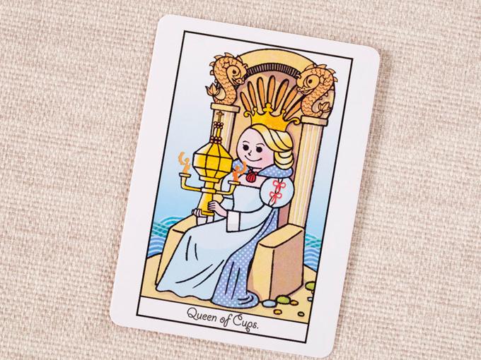 カップを持って王冠をかぶった女性の絵
