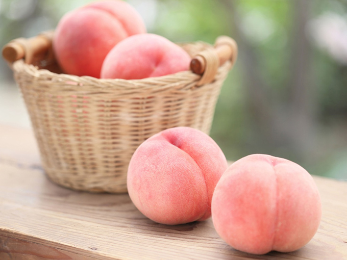 かごに入った桃
