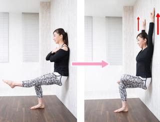 「空気イス」の姿勢で、下半身の大きな筋肉を刺激!壁を使った簡単トレーニング【動画】