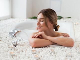 お風呂に入る女性の画像