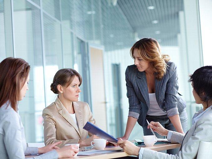 4人で会議をする女性たち