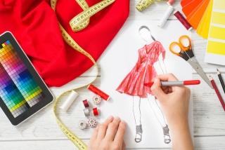 赤い服のデザイン画を描いている画像