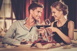 男女が食事デートしている