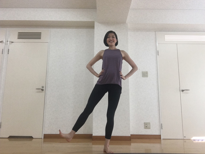 片足を横に上げる