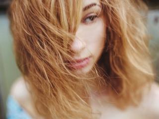 ダメージヘアの女性