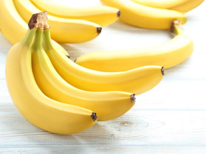 白いテーブルに置かれたバナナの画像