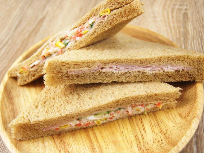 お皿に移した「全粒粉サンドコールスローサラダとハム」のアップ画像