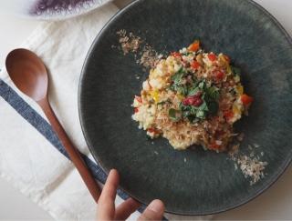 夏バテ解消に使える食材を盛り込んだ「モロヘイヤと納豆のパワー玄米チャーハン」レシピ