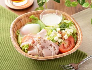 ローソンの新商品「半熟たまごとベーコンのボウルサラダ」はサラダなのに食べごたえバツグン!