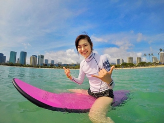 サーフボードに乗るヤハラさん