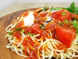 酸味のあるトマトソースがアクセント! たっぷり野菜がうれしい「蒸し鶏とトマトの冷製パスタ」