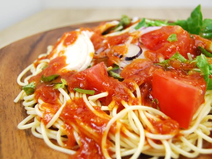 お皿に移した「1/2日分野菜冷たいパスタ蒸し鶏とトマト」のアップ画像